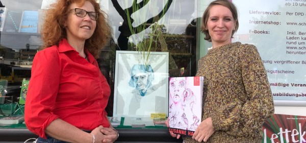 Susanne Haun und Tanja Bethke vor der Buchhandlung am Schäfersee - Lettekietz liest, Foto von Utz Benkel