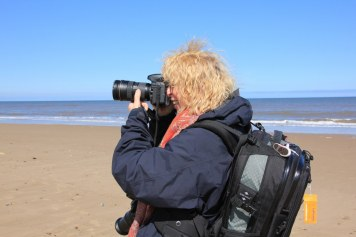 Hanne beim Fotografieren am Strand (c) Foto von Susanne Haun