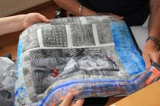 Nathalie Wolters hat uns Werke mitgebracht, die wir uns anschauen imd anfassen können (c) Foto von Susanne Haun