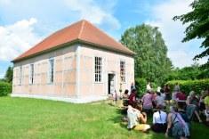 Die Gäste schauen auch die Außenskulpturen an (c) Foto von M.Fanke