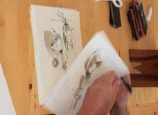 Jürgen Küster signiert die letzten Arbeiten der Ausstellung Wegschütten (c) Foto von Susanne Haun