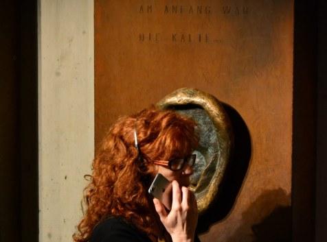 17 Neanderthal Museum - Susanne beim Hören von Mythen (c) Foto von M.Fanke