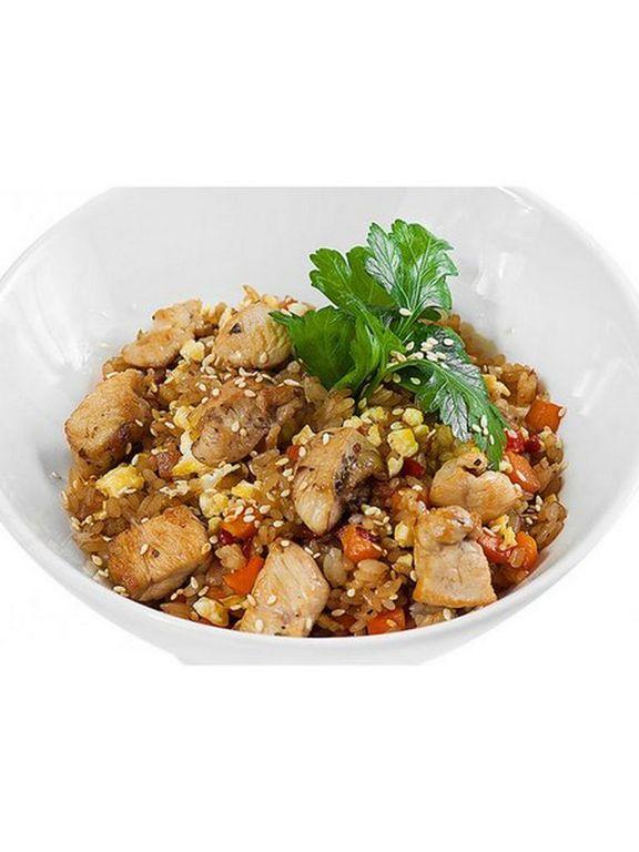 Рис чесночный с куриным филе и овощами