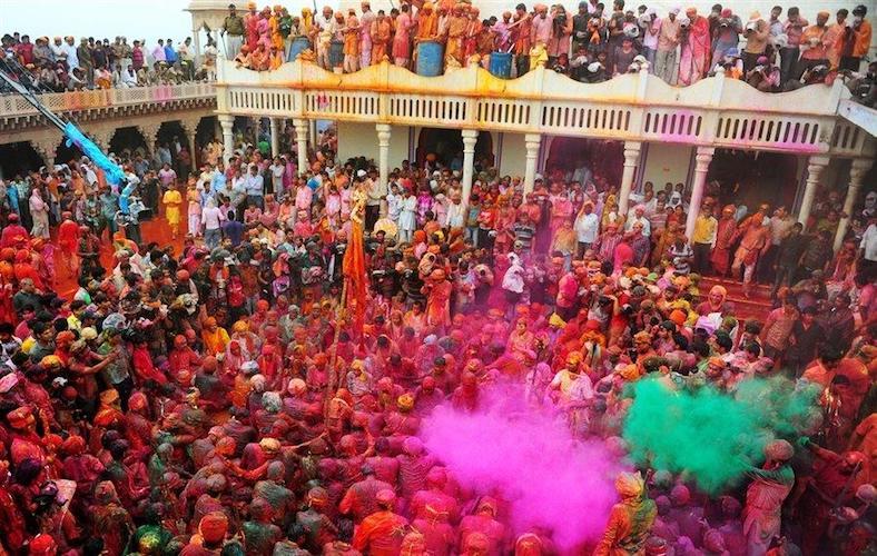 Holi festival con matrimonio indiano