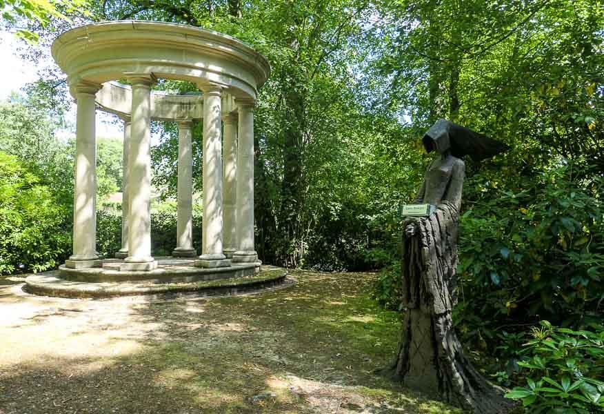 Anne Boleyn Statue, Pashley Manor Gardens
