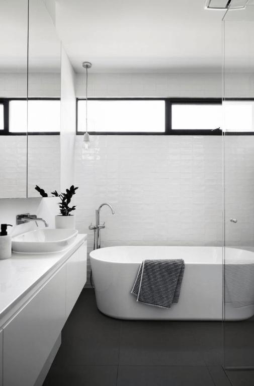desain-jendela-kamar-mandi-warna-hitam-putih