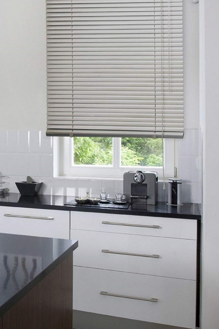 jendela-dapur-dengan-tampilan-tirai-modern