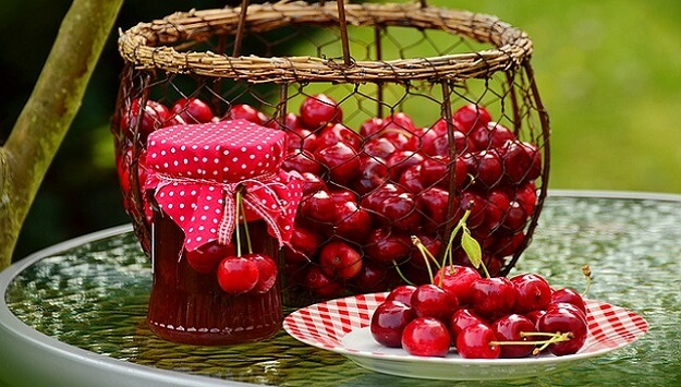 Old-fashioned low-sugar cherry jam recipe