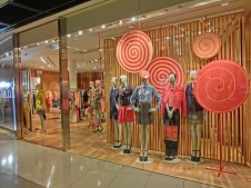 HK_Central_IFC_Mall_interior_evening_shop_window_female_clothing_model_Feb-2013