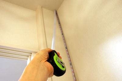 メジャーを使って天井の高さを測る方法