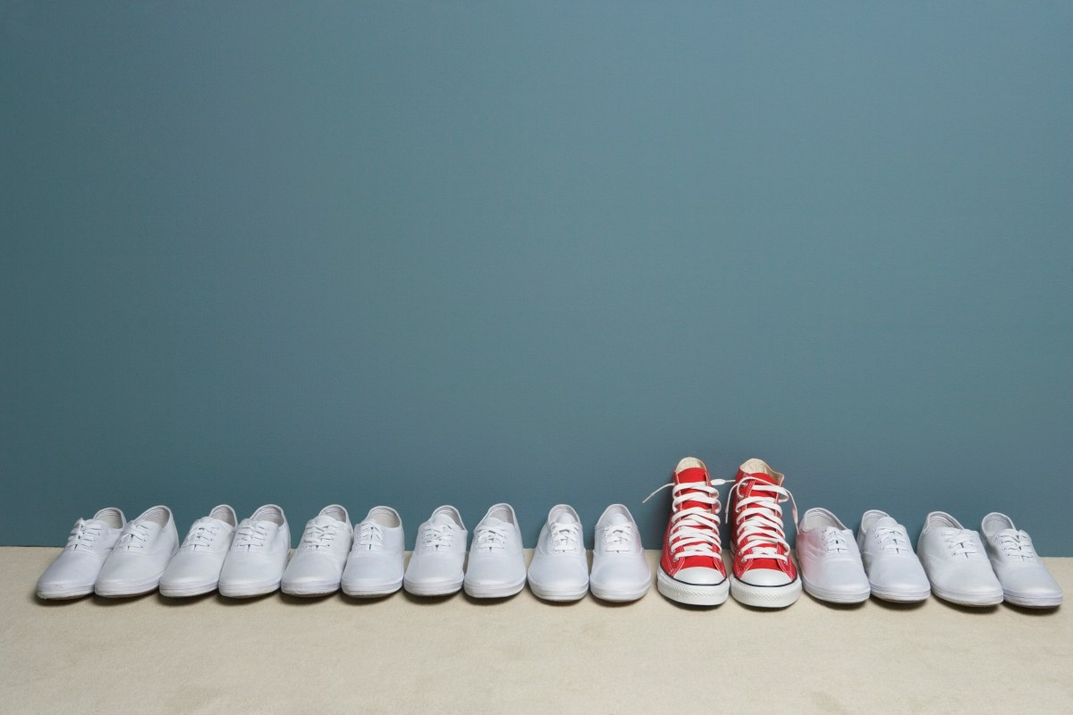 kuvituskuva kenkäpareja rivissä