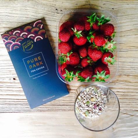 Fazer-tummasuklaa, mansikat ja siemenet