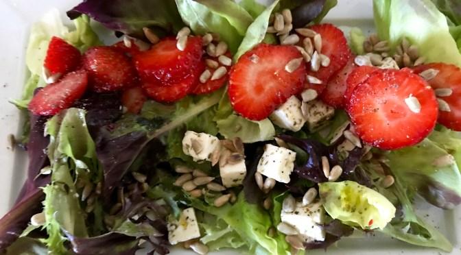 Salaatti nro 56 Mansikka-Feta-Salanova-salaatti