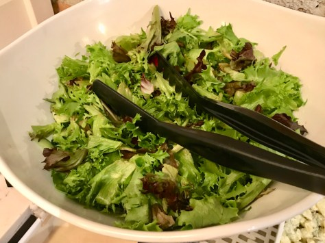 Sorrin iIsoMixi salaattikulhossa.