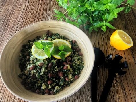 Lehtikaali-kvinoa-kikhernesalaatti