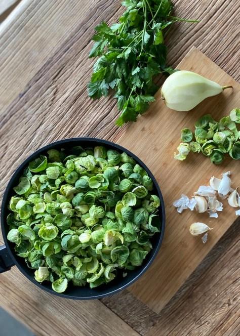 ruusukaalisalaatin aineksia, ruusukaalia, päärynää, valkosipulia, korianteria