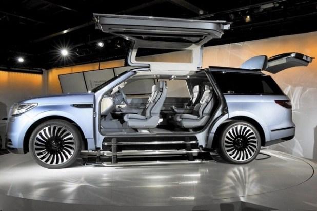 2020 Lincoln Navigator Hybrid side view