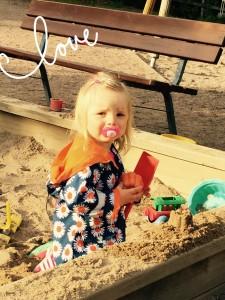 Mun rakas. Niin iso pikkutyttö jo!!(Ja silti syö tuttia..joo oo... :P)