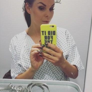 pääsin itsekkin potilaan rooliin ja vetämään sairaala releet niskaan. Kuvasta näkee myös hyvin kuinka väsynyt joitain päivinä olen. Silmät kun panda karhulla ja kalpea iho!!
