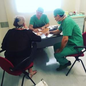 kirurgit konsultoivat asiakasta ennen toimenpidettä