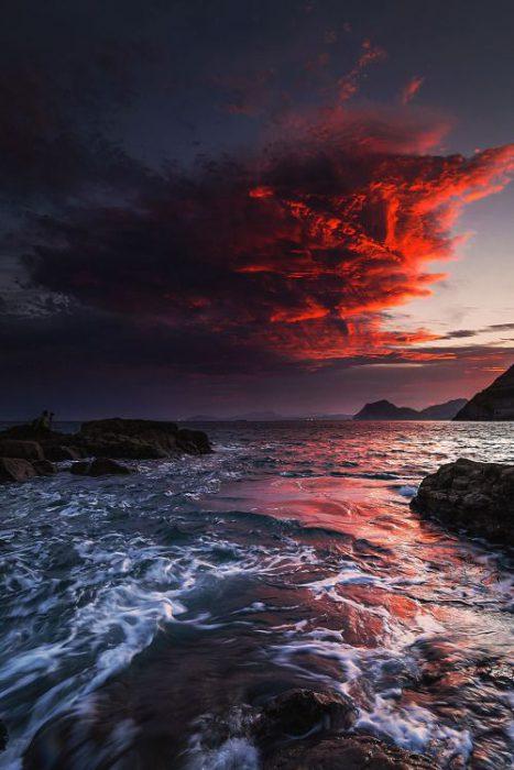 صور طبيعية منظر السحاب باللون الاحمر فوق البحر صورة