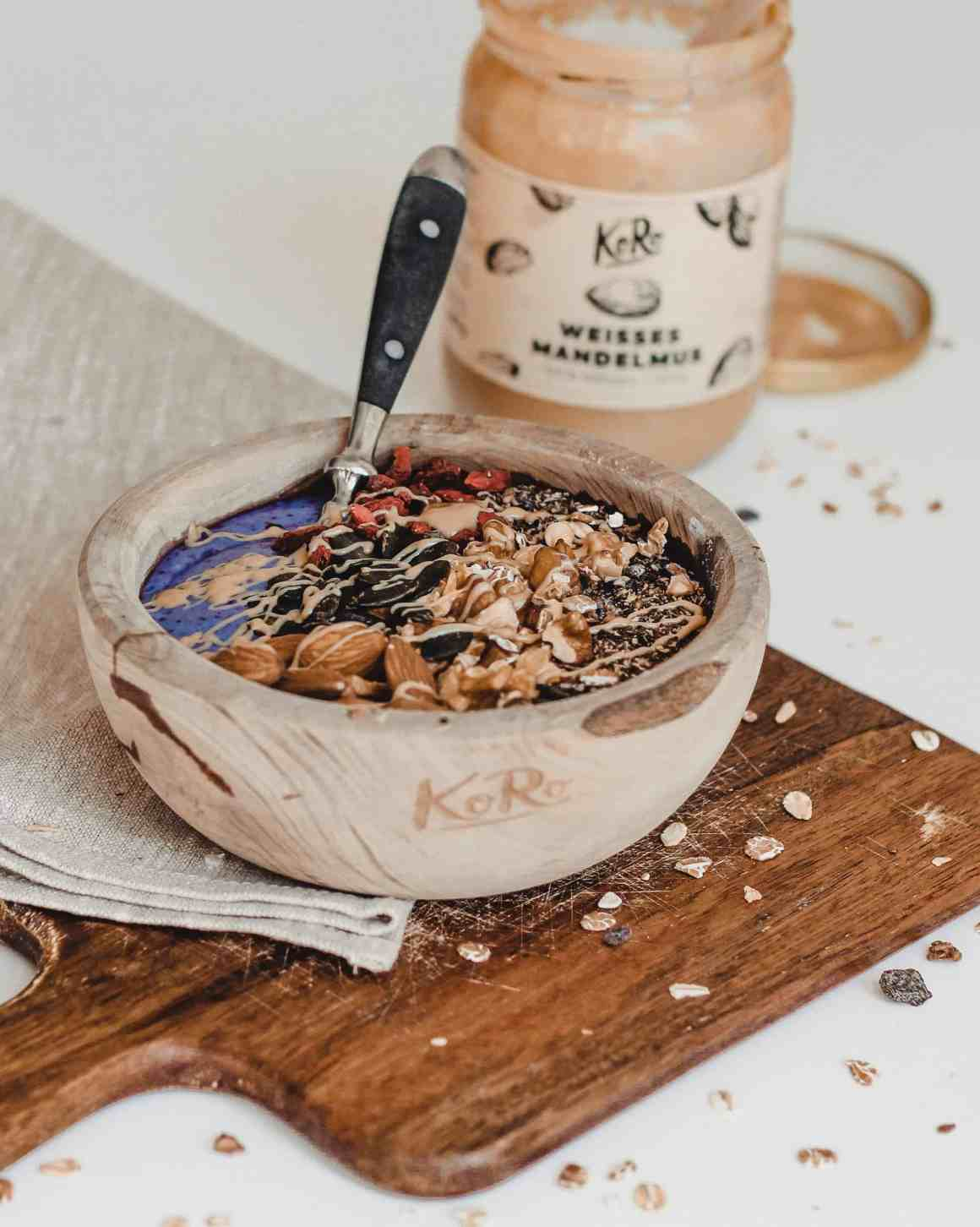 ontbijt bowl recept met spirulina en amandelpasta rijk aan eiwitten