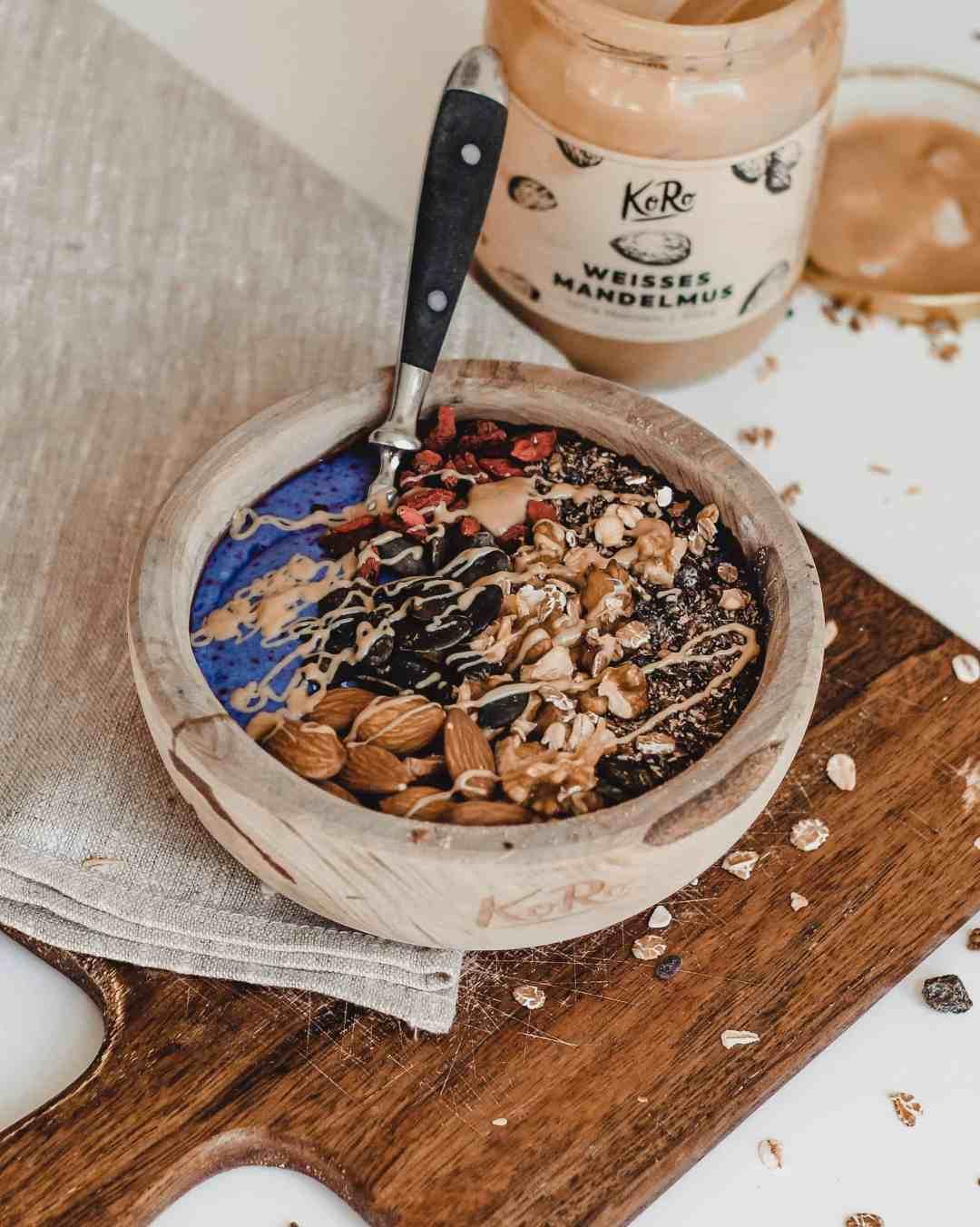 ontbijt bowl recept met spirulina eiwitrijk amandelpasta