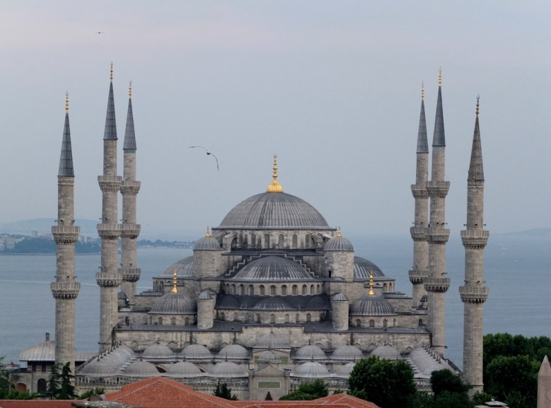 The six (controversial) minarets. When the Sultanahmet mosque was originally built, in 1616, the Sultan was criticised for being presumtuous since only the mosque in Mecca had six minarets at that time. He overcame this problem by ordering a seventh minaret to be built at the Ka'aba.