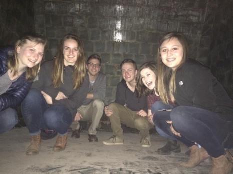 Holly, Brooke, Joe, Chris, Julia and Meghan inside the pezsgő tank