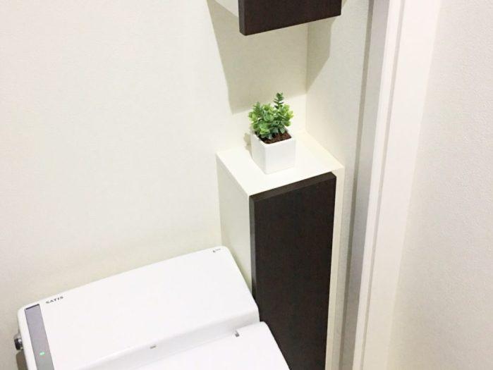 モダンインテリアのモノトーントイレ