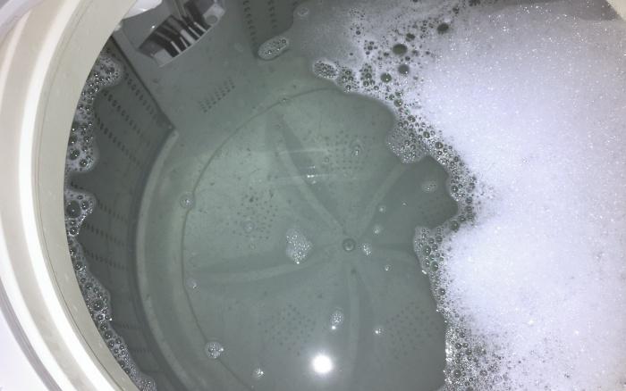 オキシクリーンを使って洗濯槽の掃除。カビが浮いてます