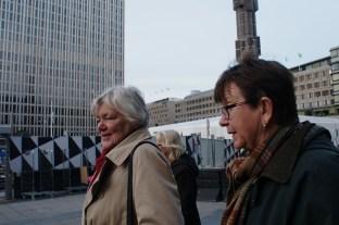 På väg från vernissagen: Irene Bauman och Bodil Anjar