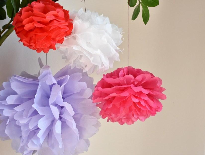 papírové pompomy bílý červený fialovy a růžový zavěšené na kytce