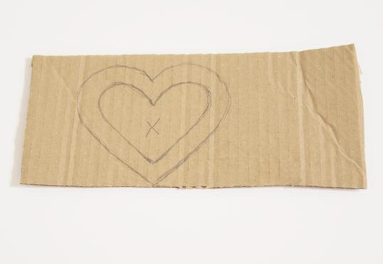 karton s nákresem srdce