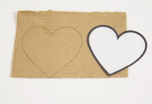 nákres srdce na kartonu a šablona