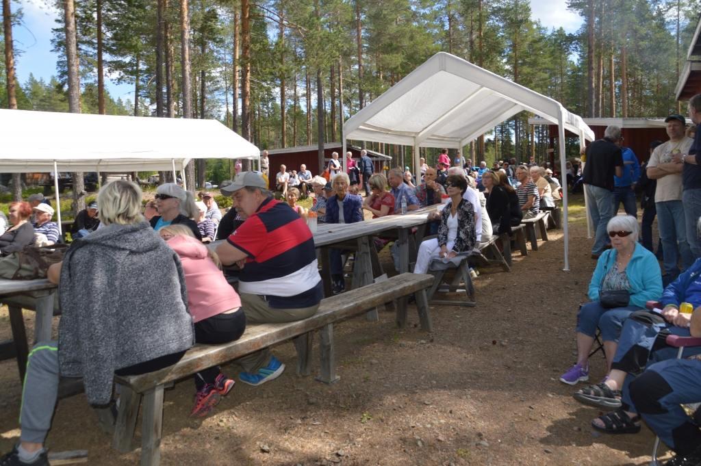 Som vanligt kom många för att underhållas på musik-och kulturfesten i Ängersjös kojby. Foto: Leif Eriksson