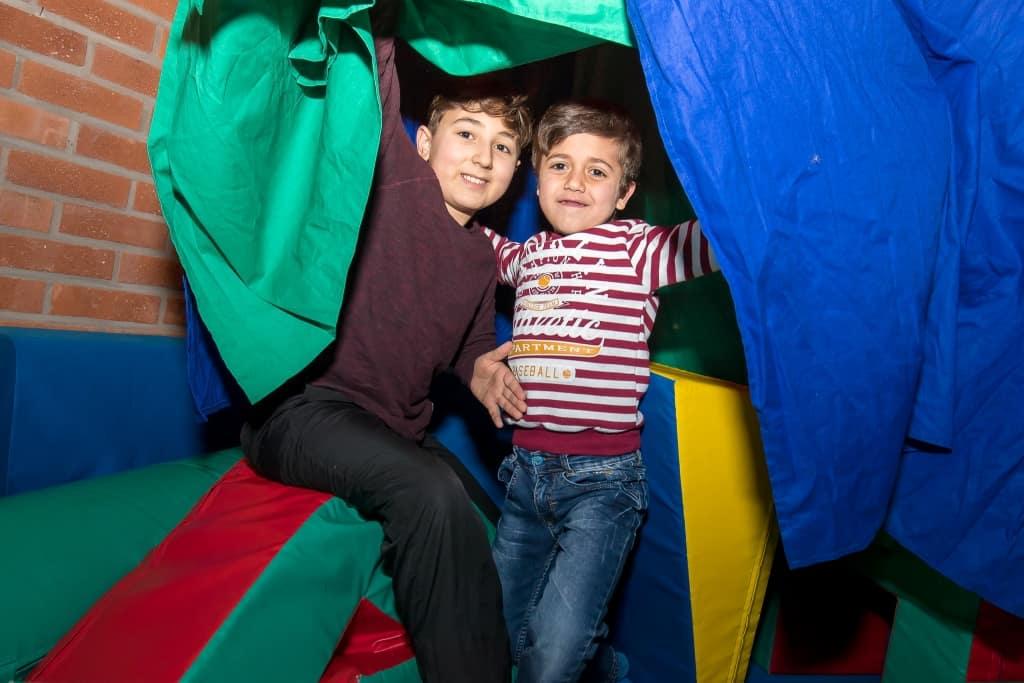 Mohammed och Osama var ett par av alla barn som hade roligt i lekrummet. Foto: Morgan Grip