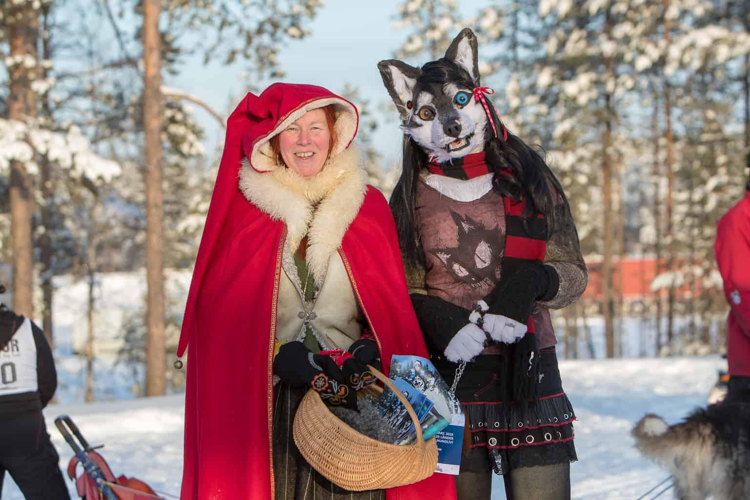 Rödluvan och vargen var på plats och delade ut reklam för kommande VM. Foto: Morgan Grip