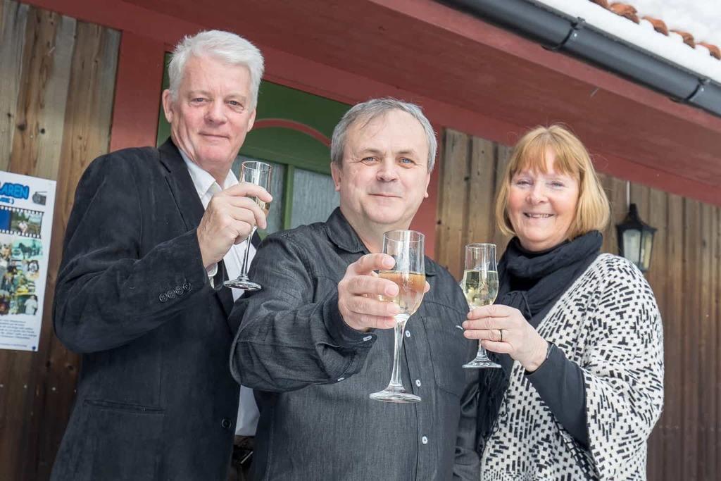 Bosse Yman, Eligiusz Szuty och Birgitta Svensson bjöd för några veckor sedan in de medverkande i filmen till festligt filmsläpp i Äggens bystuga. Foto: Morgan Grip