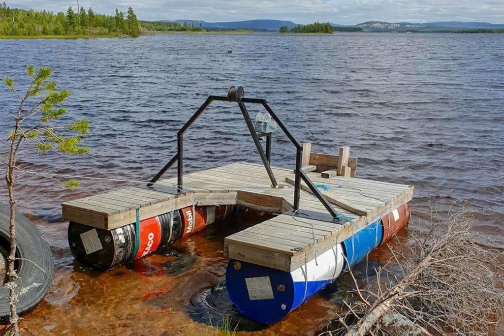 En flotte i Herrö som används av watercrossåkarna miste sin motor under natten till lördag. Foto: Jens Mehlqvist