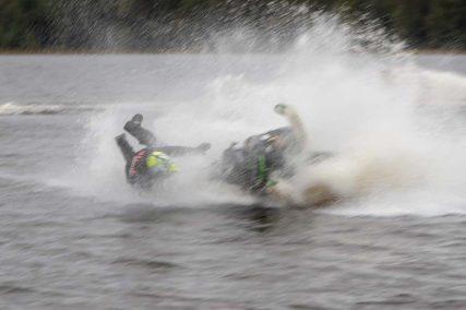 Sju lag, bestående av tre förare i varje lag, gjorde på lördagen upp i Miniyrans watercross på Hån i Lillhärdal. Foto: Morgan Grip