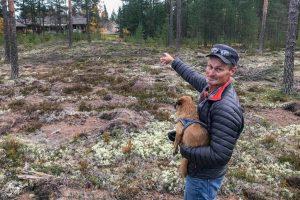 Lars-Göran Backman visar var björnungarna satt i ett varsitt träd, endast ett tiotal meter från villorna på Lövstigen i Sveg. Foto: Morgan Grip