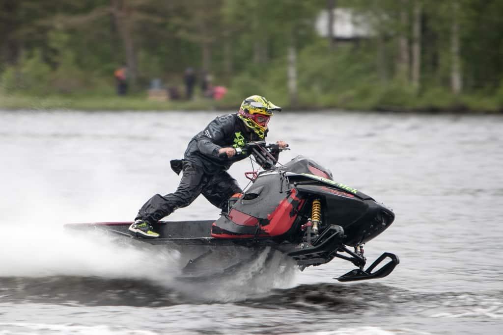 Alex Woxlin på Ljusnans vatten under Midsommaryrans Watercrosstävlingar i Sveg 2017. Foto: Morgan Grip