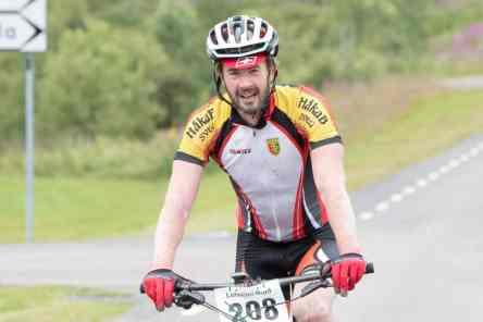 Martin Nilsson trampade in över mållinjen som förste man på den tuffa banan på fem mil. Foto: Morgan Grip