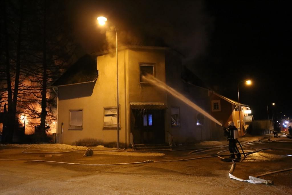 Branden spred sig till det ödelagda Hagmans Pensionat. Foto: Morgan Grip