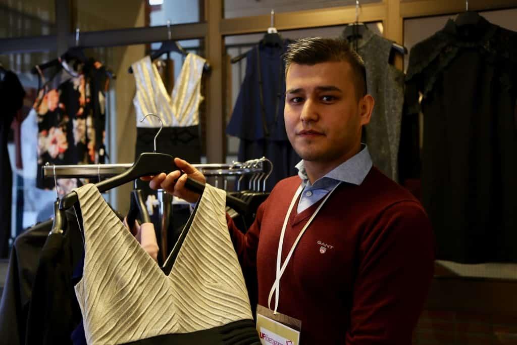Zabi Rasoli har importerat damklänningar från Turkiet och driver på egen hand sitt företag Zabelle UF. Foto: Jessica Grip