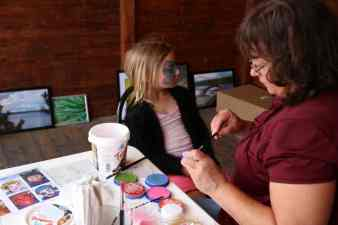 De yngre blev även erbjudna ansiktsmålning av Nancy Persson. Hanna Stenqvist ville bli målad till en fjäril. Foto: Josefine Persson