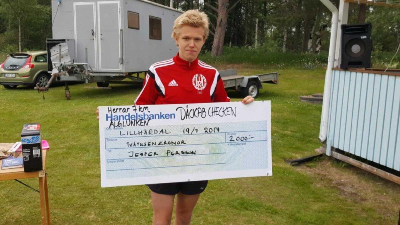 """Jesper Persson, Åsarna IK, vann 7 kilometersträckan och knep sin tredje inteckning i """"Däckab checken"""", vilket belönades med 2 000 kronor. Foto: B-G Eliasson"""