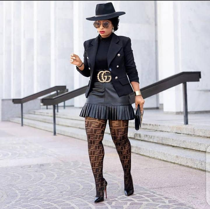 lady in all-black outfit rocking Gucci belt
