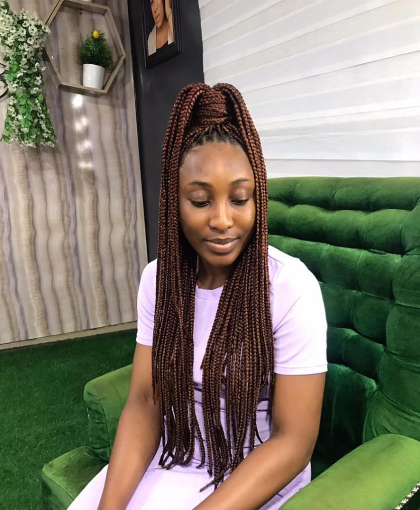 lady with knotless braids